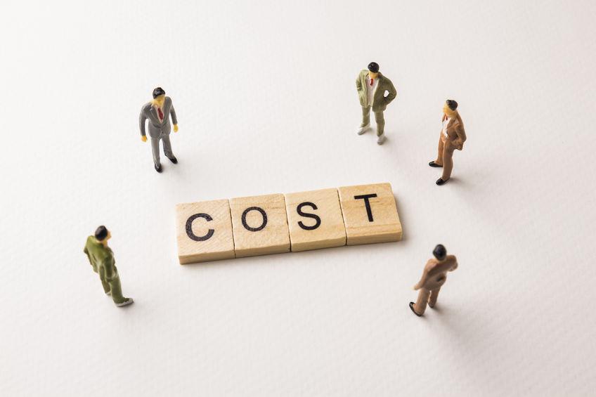 コスト削減を検討する人々